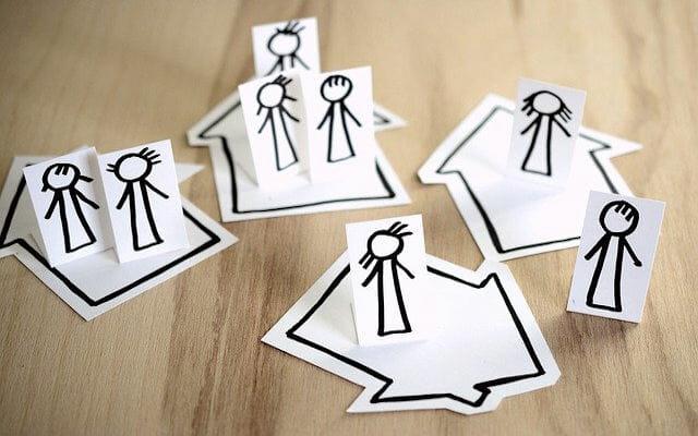 Pappfiguren, die die soziale Kontakte symbolisieren sollen
