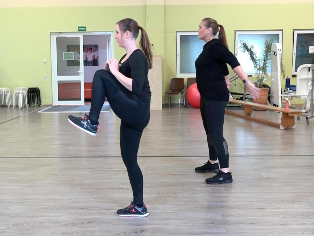 """Squats mit der Variante """"Knee Lift"""""""
