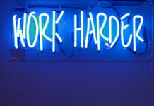 """Neonlampe mit Schriftzug """"Work harder"""""""