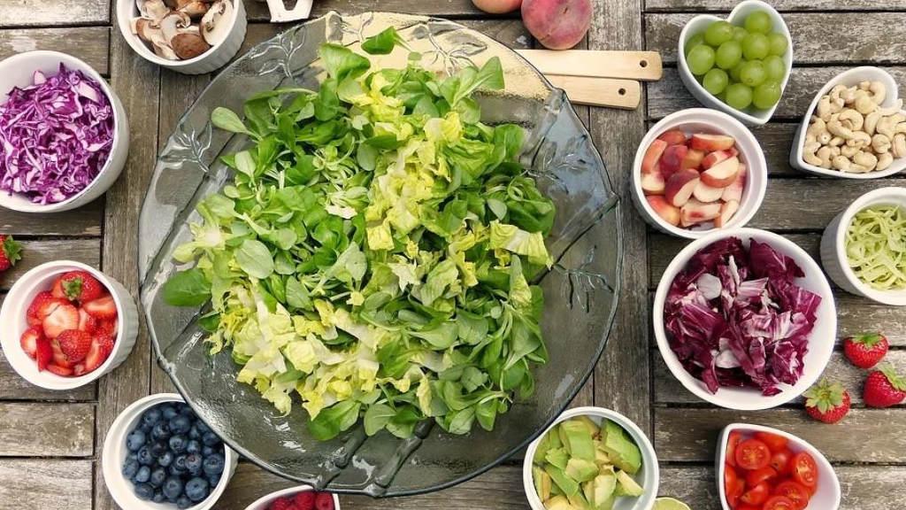 Gesunde Lebensmittel frisch auf dem Tisch serviert