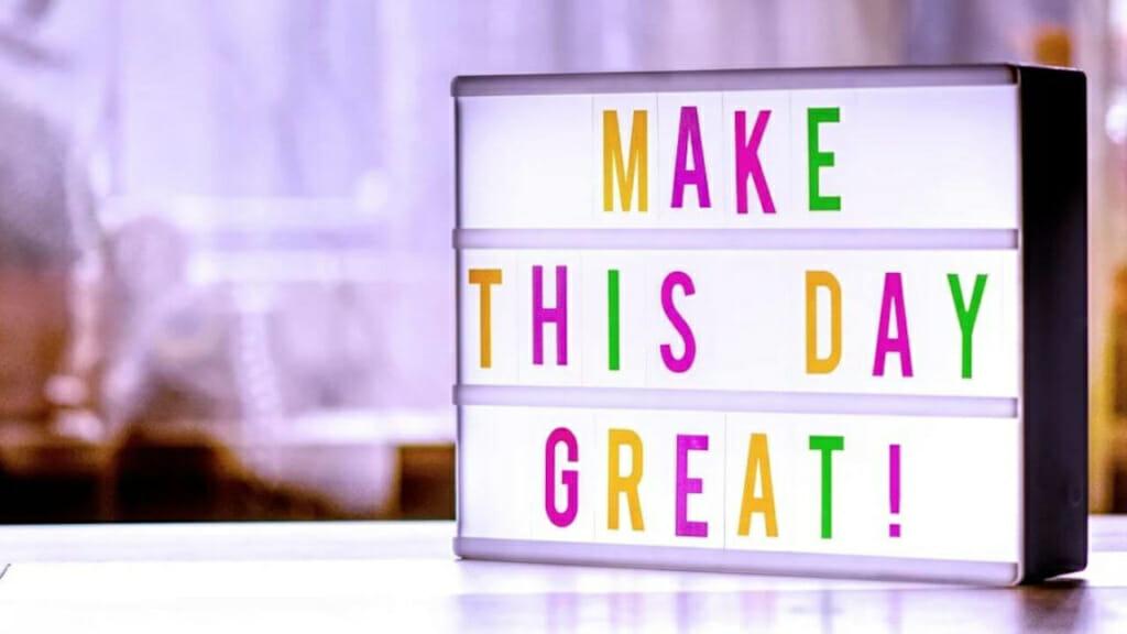 """Schild mit dem Schriftzug """"Mache diesen Tag großartig."""" Ganz im Sinne der Fitness Motivation!"""