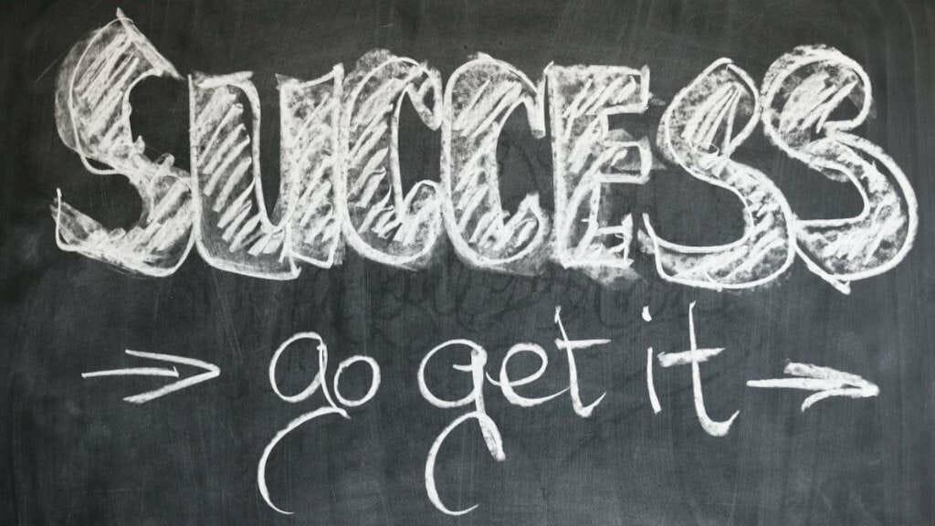 """Auf Tafel mit Kreide geschriebene r Text """"Success - go get it"""""""