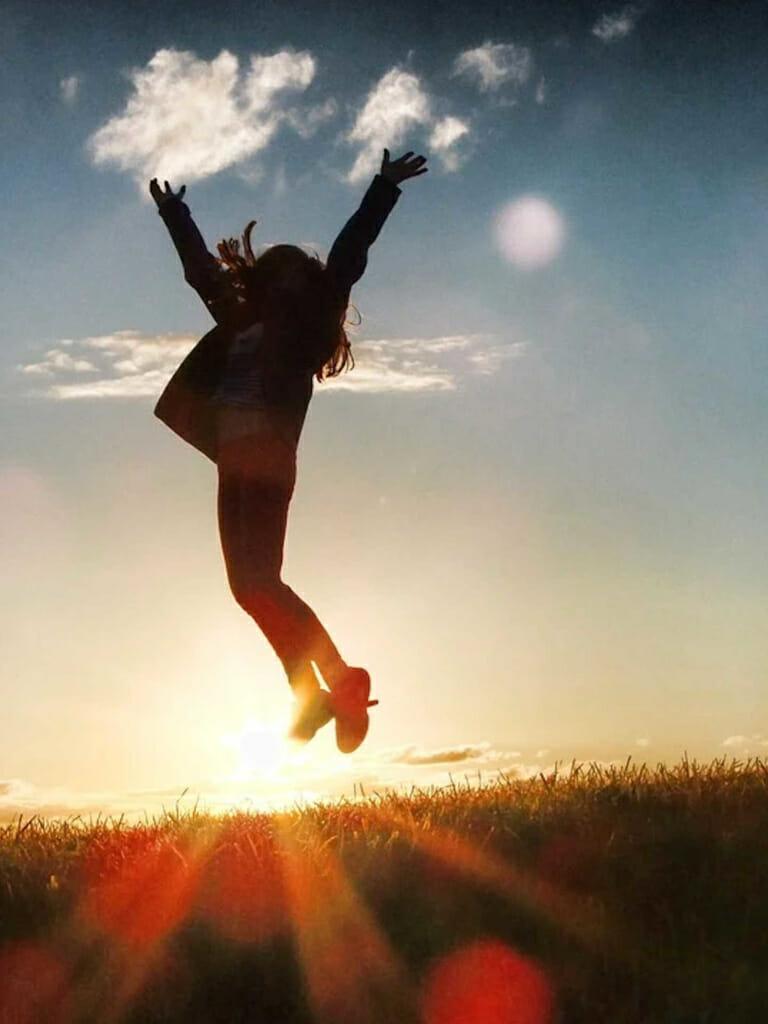 Jubelnde und springende Frau