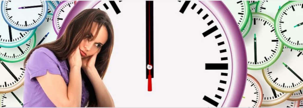 Junge gestresst wirkende Frau, umgeben von vielen Uhren
