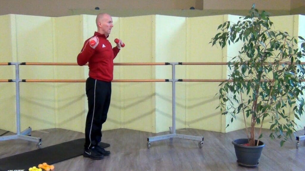 Trainierender in stehender Position bei den Hantel Übungen für die Beinmuskulatur (Startposition der Bewegung)