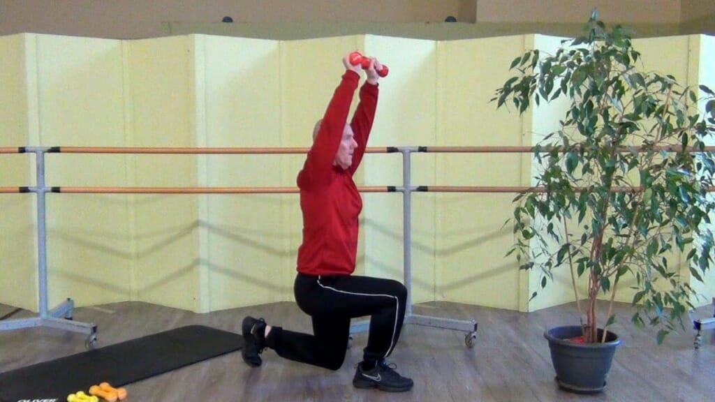 Trainierender in stehender Position bei den Hantel Übungen für die Beinmuskulatur (Endposition der Bewegung)