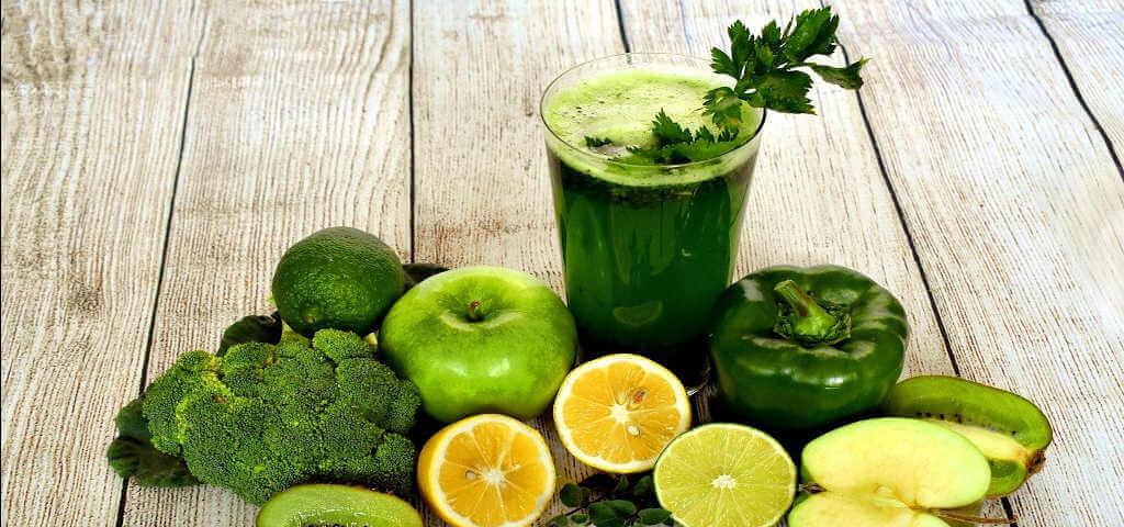 Smoothie frisch und lecker zubereitet mit Zitrusfrüchten, Paprika und Brokoli