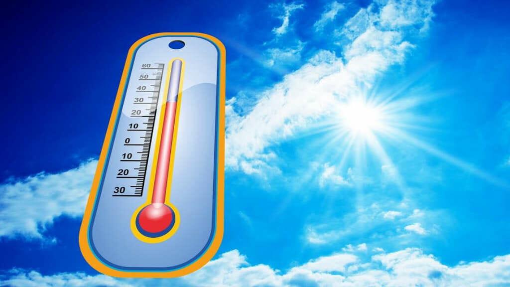 Training bei hohen Temperaturen: Bei 30 Grad Celsius stehendes Thermometer vor dem Hintergrund eines blauen und sonnenerfüllten Himmels