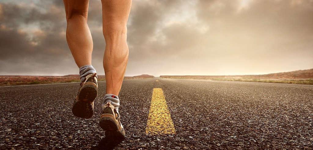 Läufer beim Herz-Kreislauf-Training auf Asphalt
