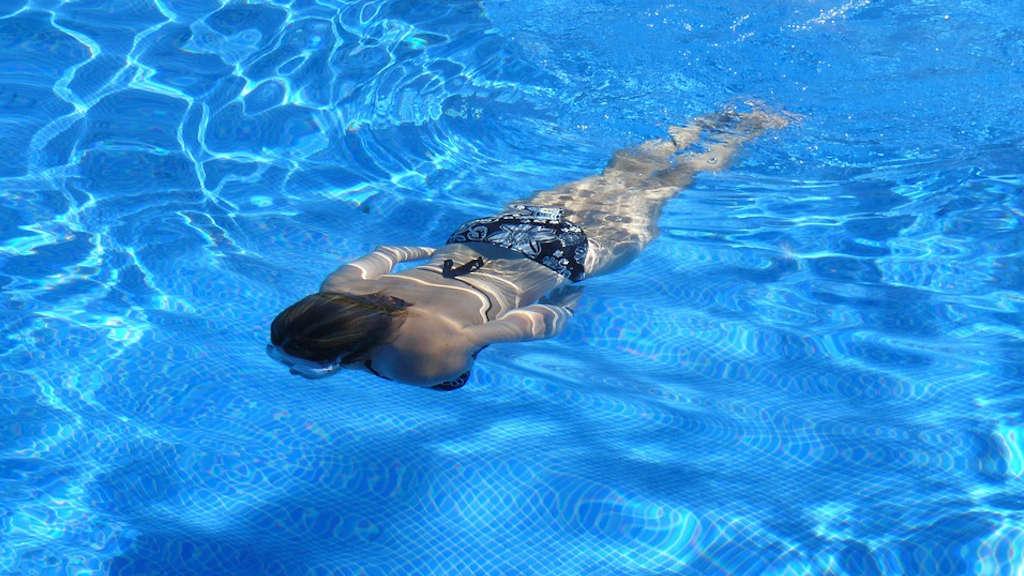 Schwimmerin beim Tauchvorgang