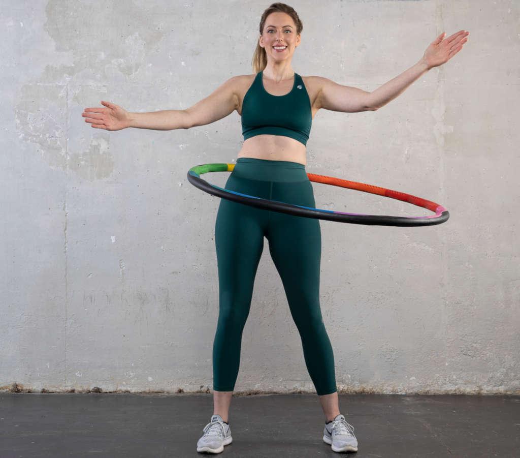 Buchrezension Can I get a Hoop Hoop - Autorin stehend mit Hula Hoop Reifen