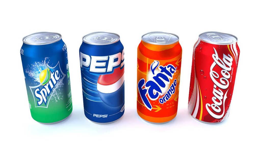 Gesüßte Getränke: Verschiedene aufgereihte Dosen